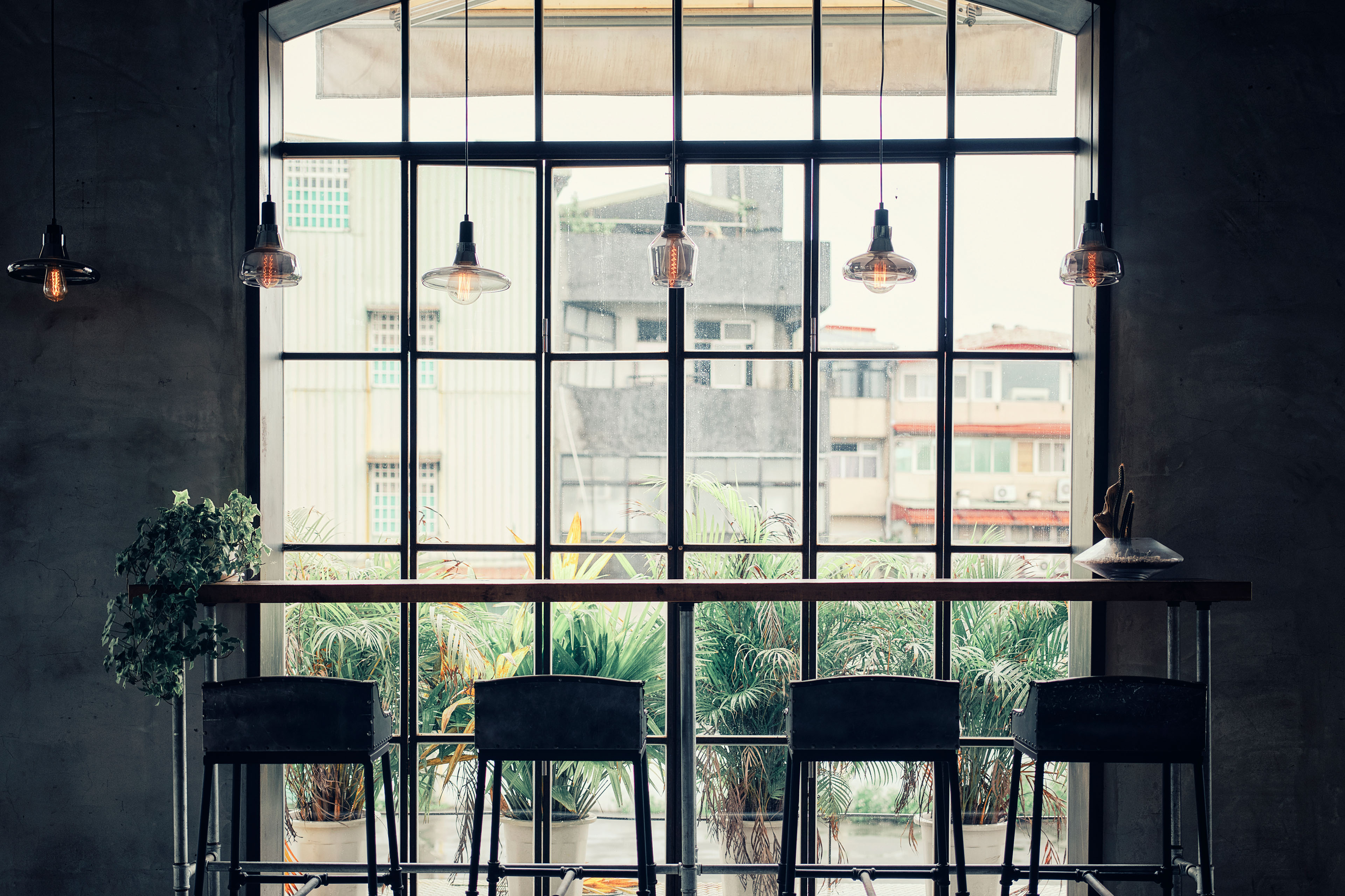 Moderne Besprechungsecke mit Fenster
