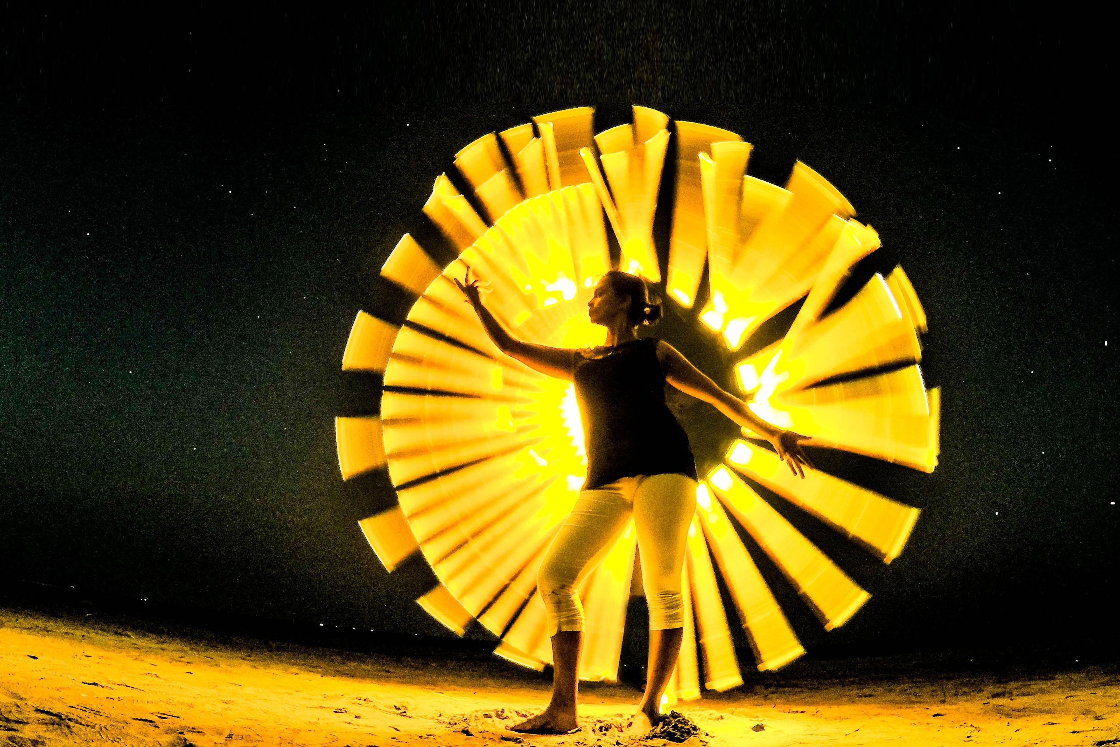Frau mit Lichtekegel