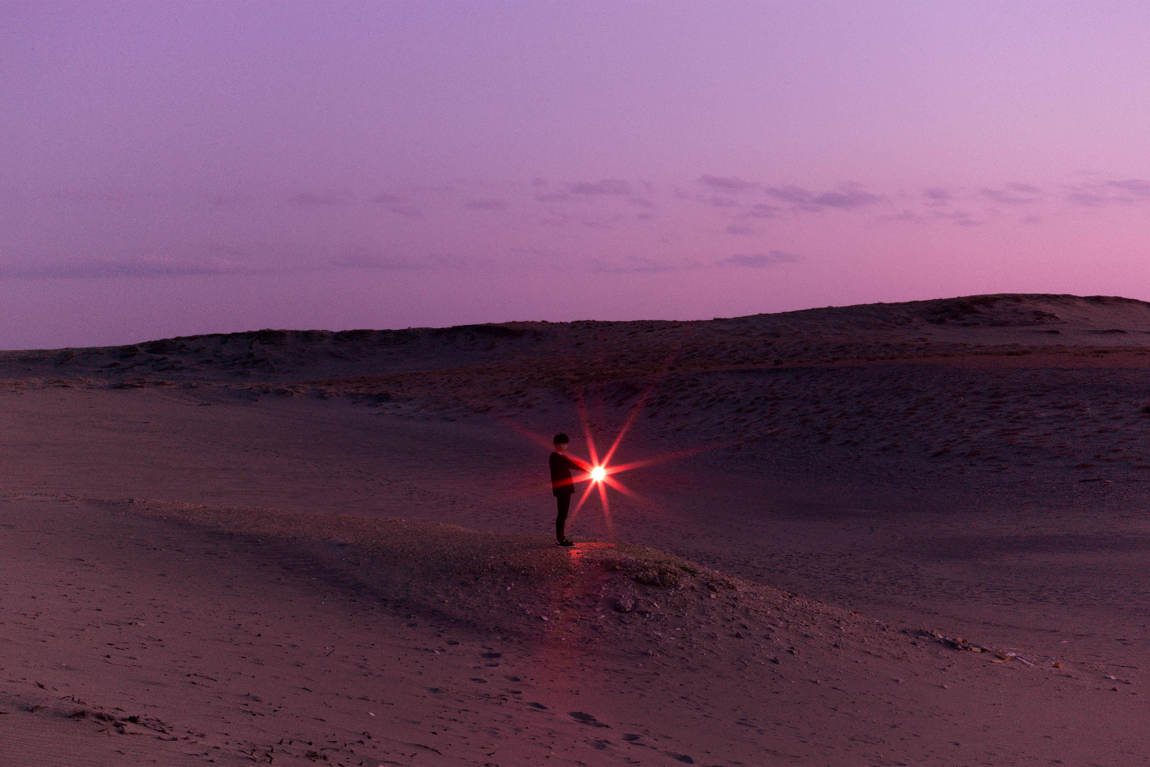 Mensch mit Licht in Wüste