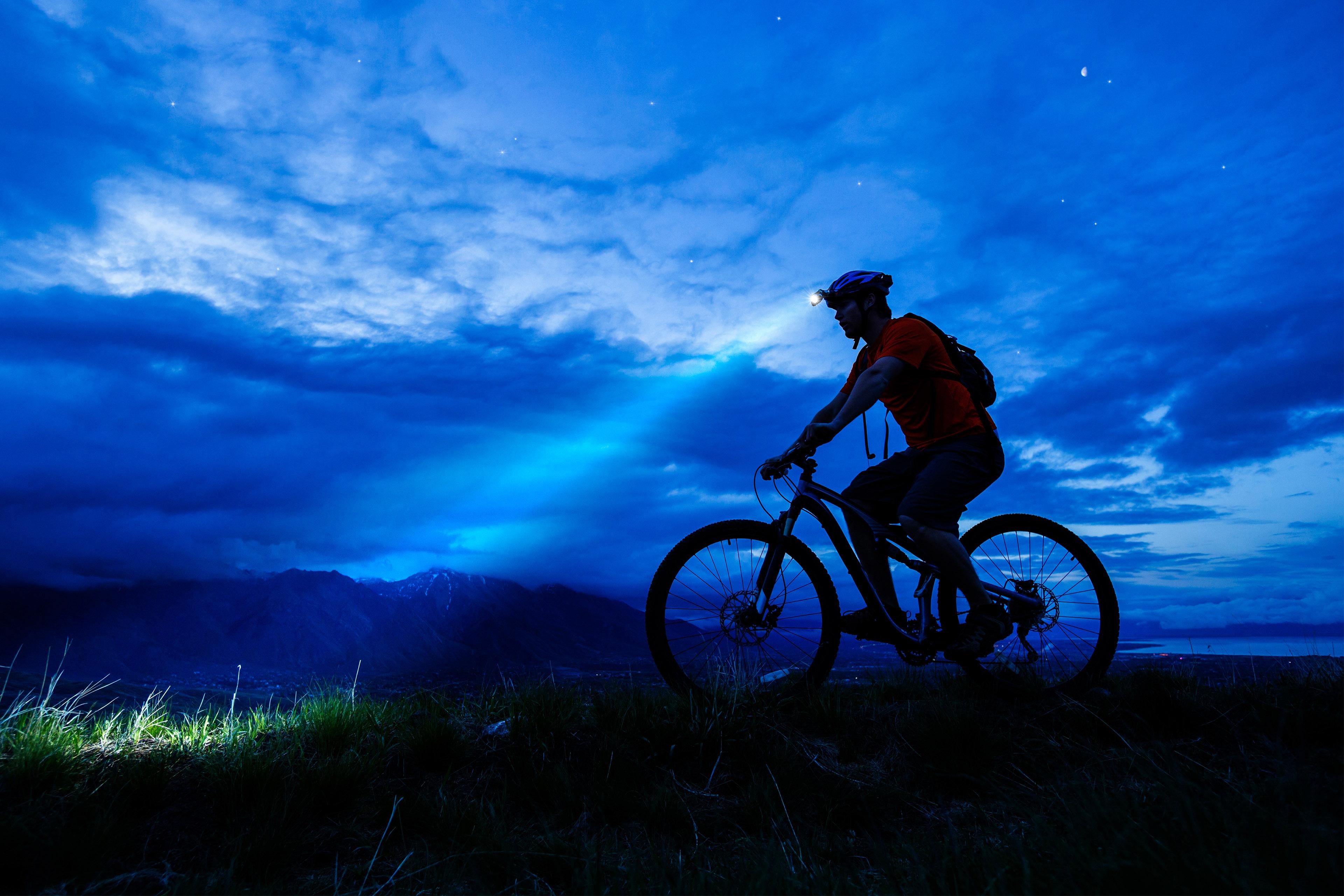 Person auf Mountainbike bei Nacht