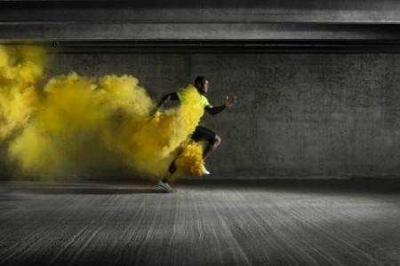 Sportler mit gelbem Pulver