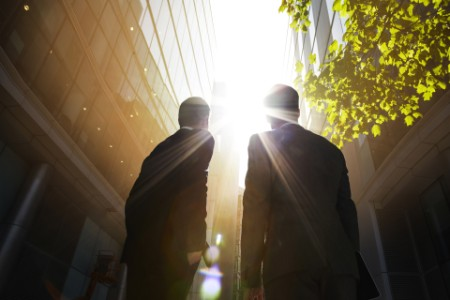 Bürogebäude mit zwei Herren