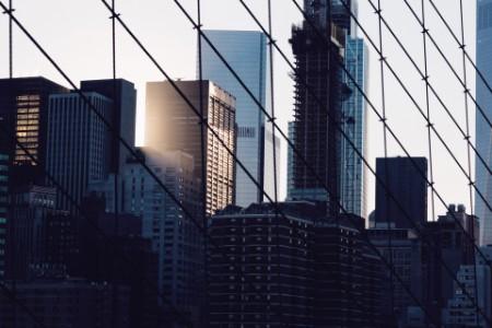 Stadt mit einem Netz davor