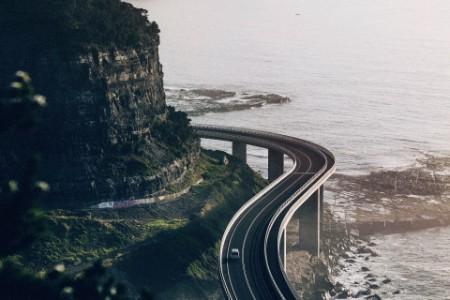 Straße am Berg und See