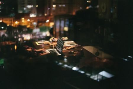 Stadt spiegelt sich im Fenster