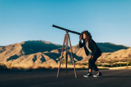 Frau mit Teleskop