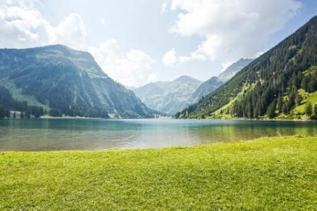 Landschaft mit Bergen und See