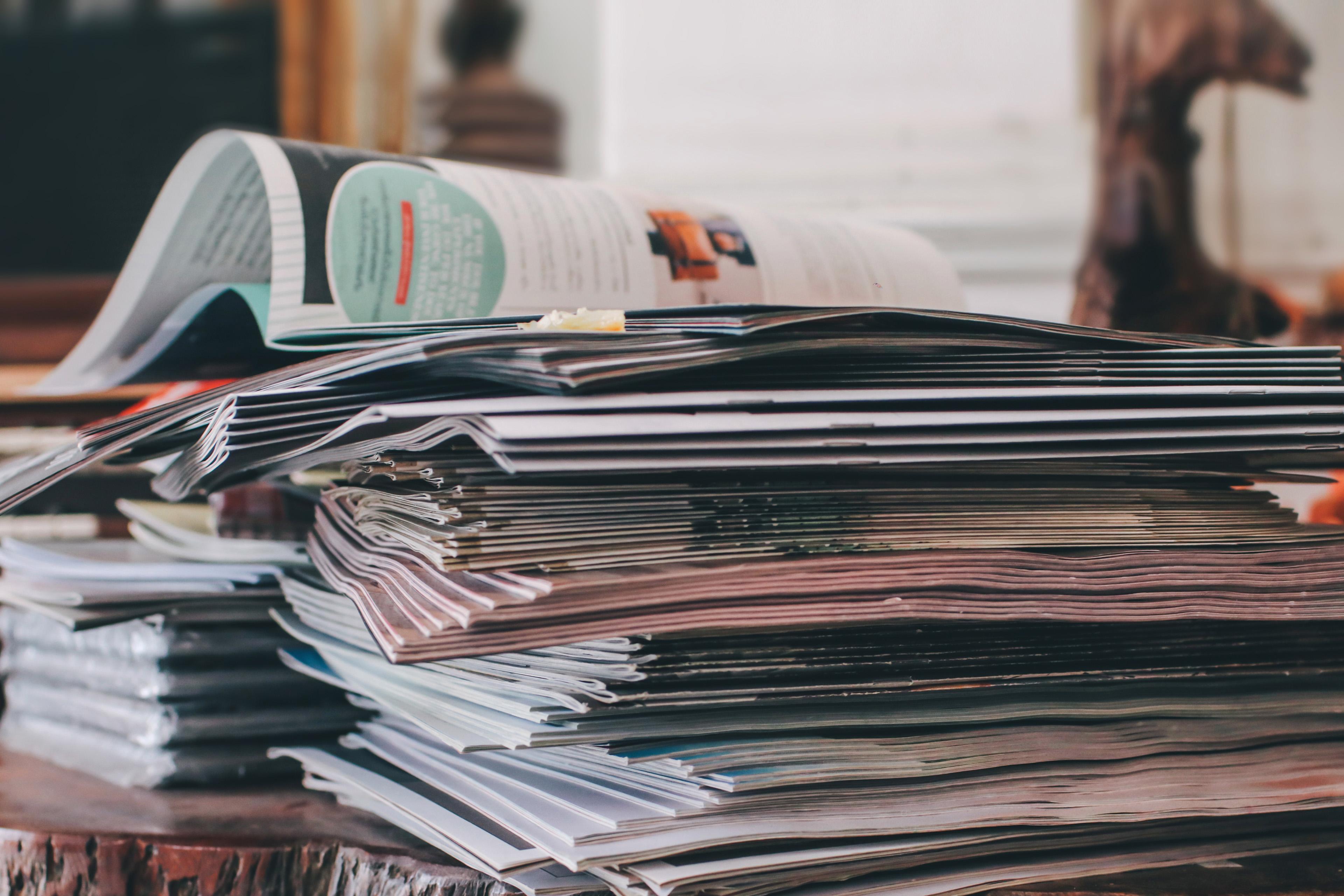 Ein Stapel von Zeitschriften