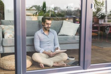 Mann beim Arbeiten zu Hause