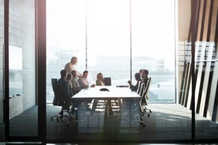 Personen, die im Konferenzraum eine Geschäftsbesprechung abhalten